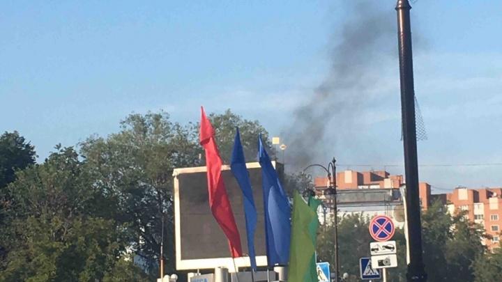 Недалеко от тюменского ж/д вокзала вспыхнул рекламный щит