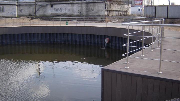 «Степень маразма зашкаливает»: вместо высохшего озера на Бору залили водой бетонную яму