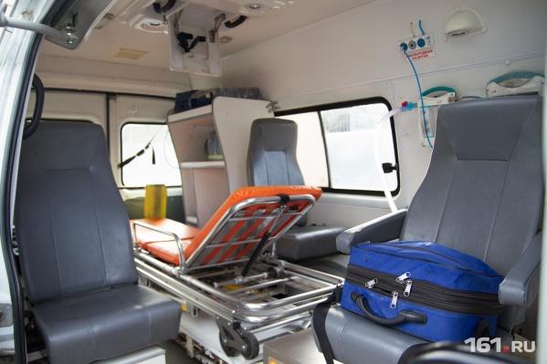 Мобильные пункты скорой помощи обеспечивают холодной водой и пакетами со льдом