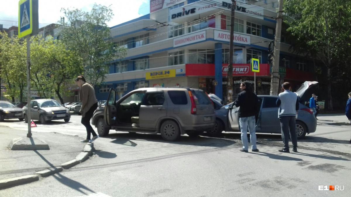 Автомобили перекрыли движение по обеим сторонам дороги