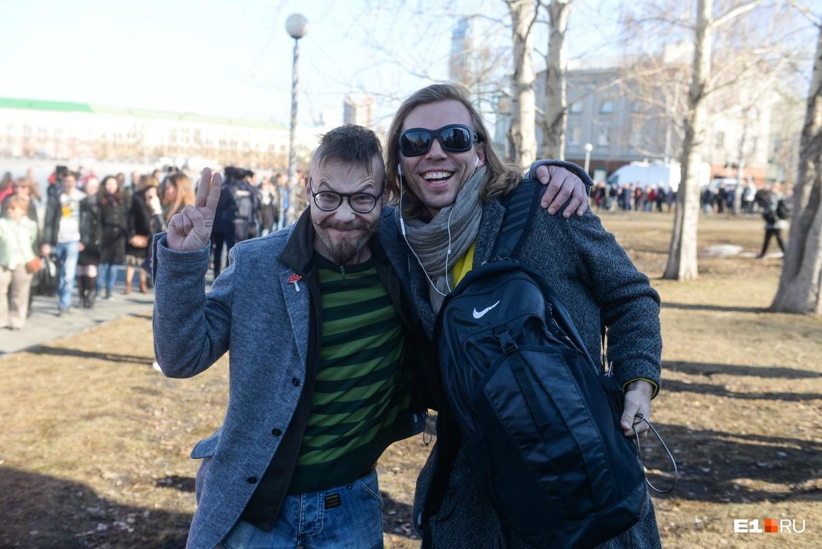 Были на акции и знаменитости. Музыкант Михаил Лузин выступил против строительства храма на месте сквера