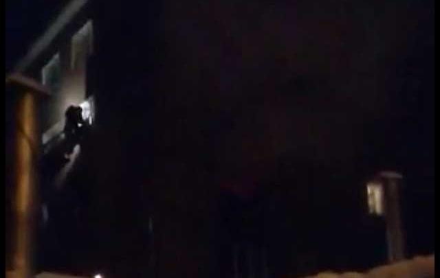 В Уфе загорелась квартира: из дома эвакуировали 26 взрослых и 8 детей