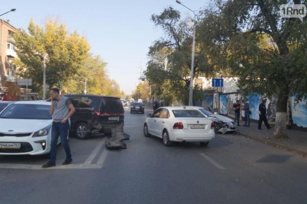 Центр Ростова возле ЦГБ стал в пробку из-за массового ДТП