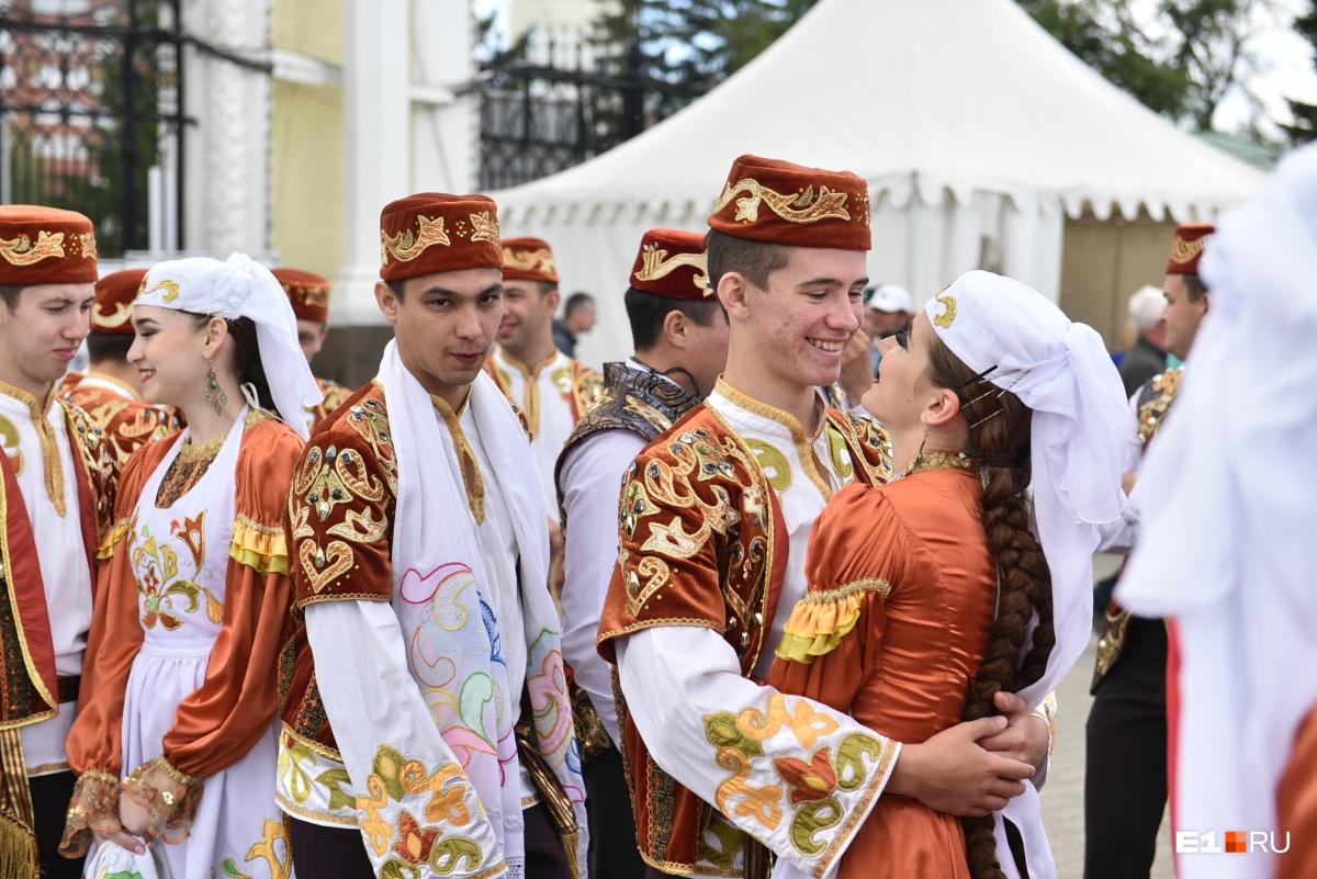 Начался праздник с шествия в национальных костюмах