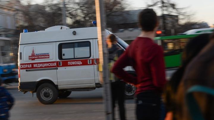 Пострадали восемь человек: в ТК «Омега» людей придавило тяжёлой деревянной конструкцией