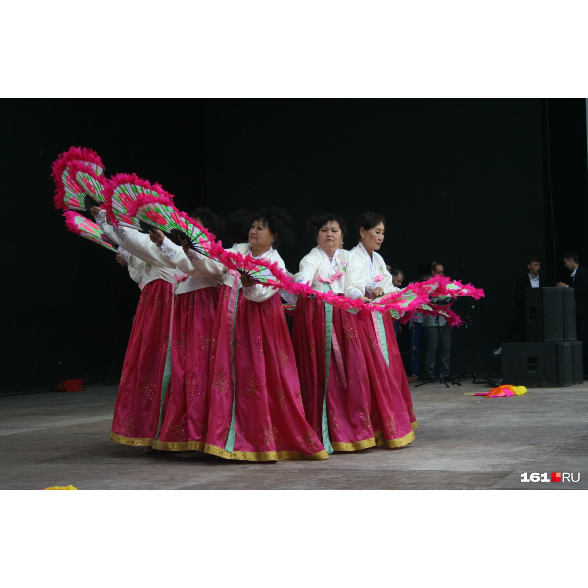 Эти дамы исполнили для зрителей корейский танец