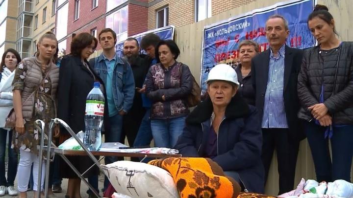 Дом в Кольцово, из-за которого пайщики устроили голодовку, пообещали достроить в этом году