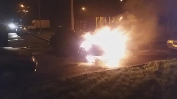 В Стерлитамаке сгорел дотла Chevrolet Lacetti, очевидцы сняли пожар на видео