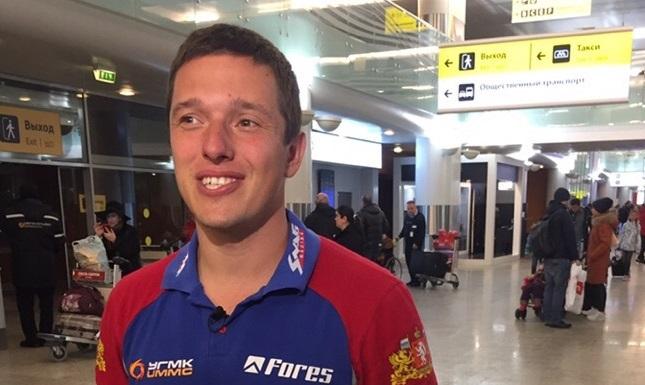 В аэропорту встречала маленькая дочка: гонщик Сергей Карякин вернулся в Екатеринбург с «Дакара»