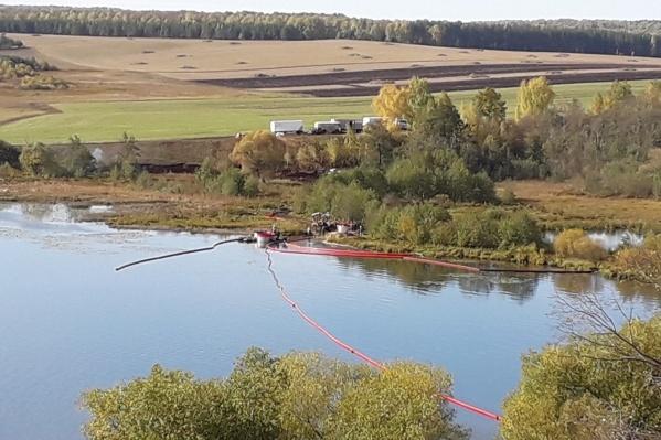 На водоёме установили специальные барьеры для сбора углеводорода