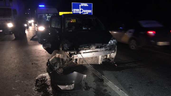 В жутком столкновении Ford и Hyundai на ЕКАД один человек погиб, второго увезли на скорой