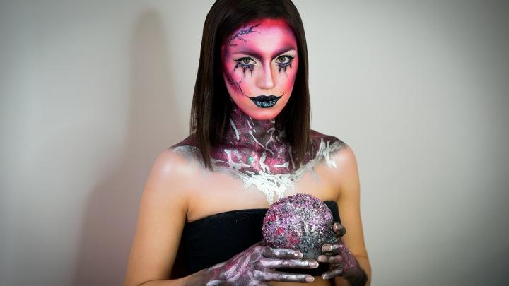 Порезы, кровь и зашитый рот: смотрим, в каких образах омичи отмечали Хеллоуин