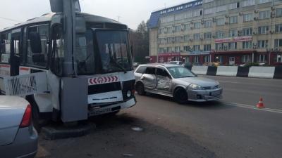 Первое видео аварии: маршрутный автобус врезался в столб из-за поворачивающего «Ниссана»