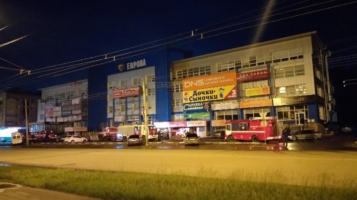 Ночью в Омске загорелся торговый комплекс «Европа»