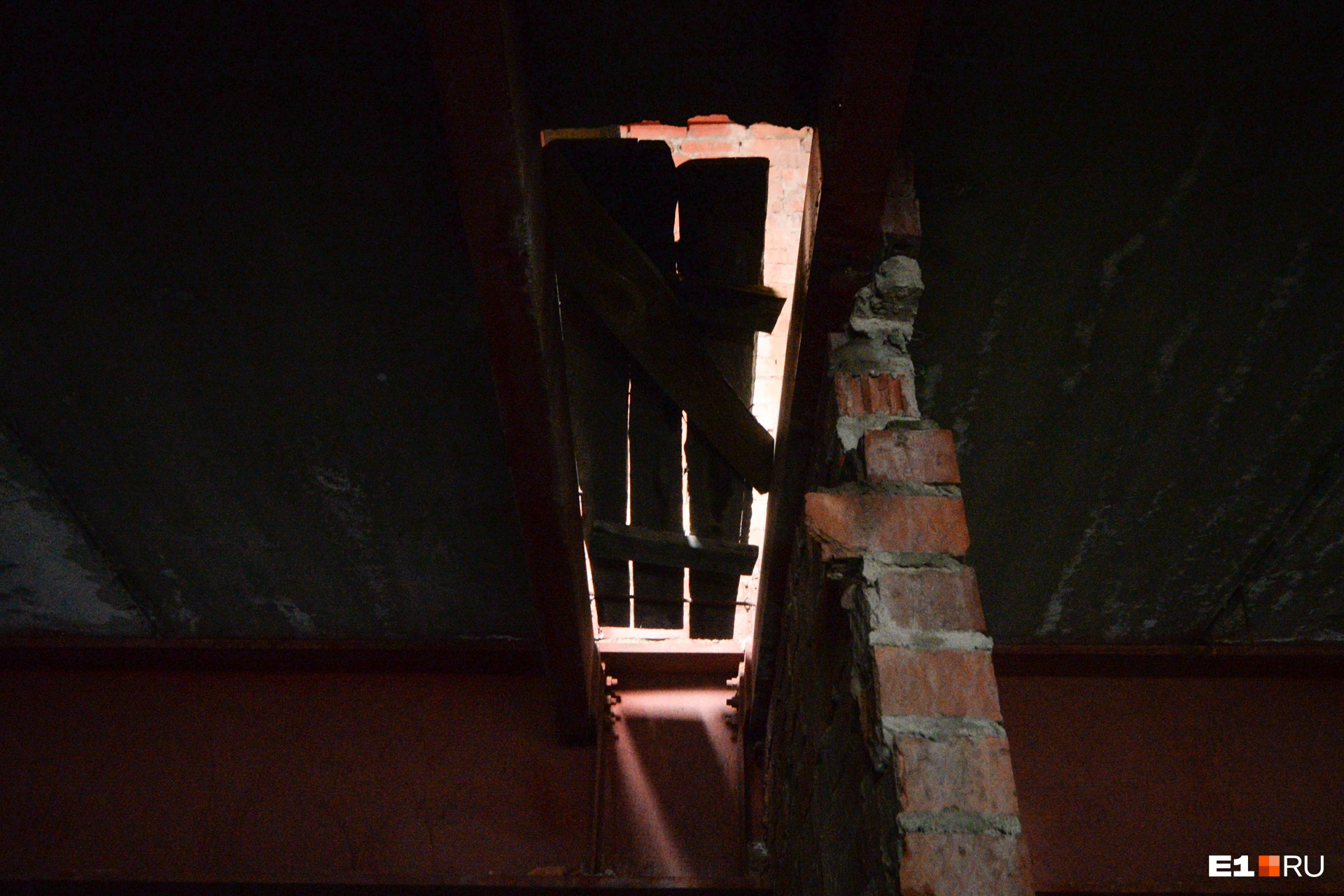 Те самые деревянные перекрытия в потолке, через которые капает вода. Они есть на каждом этаже