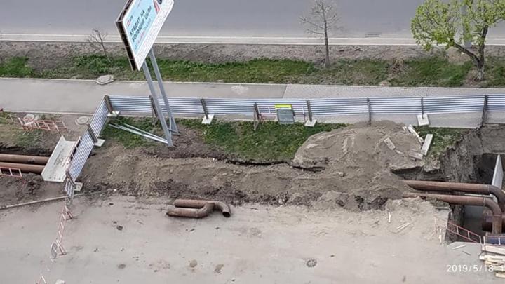 «Новая технология, как асфальт в дождь»: красноярцы удивились засыпке новых труб землей без изоляции