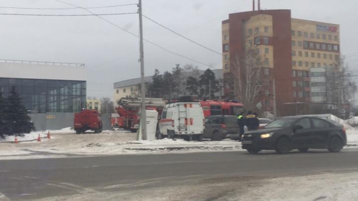 «Проехало машин 20 пожарных»: на Сибирском тракте сгорел ангар, полный еды