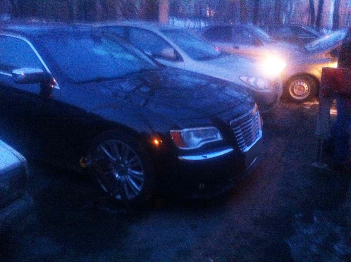 Chrysler 300С нашли на парковке в соседнем дворе