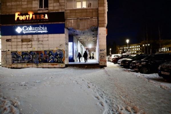 Одна из непродуманных для удобства горожан точек в Архангельске — дорожка к «Дому Книги»