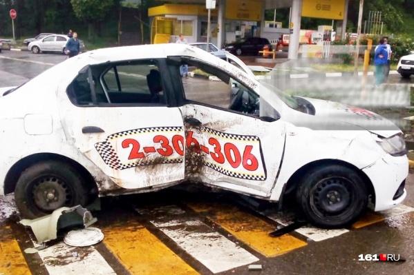 Таксист въехал в столб светофора