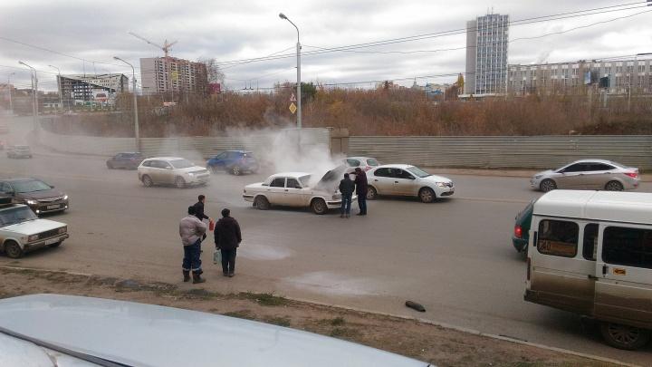 «Волга» в огне: в Уфе на оживленной полосе загорелась машина