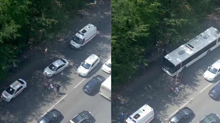 В Ростове сбили женщину рядом с остановкой: сейчас она в больнице