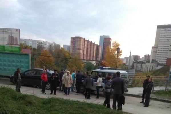 Чтобы разрешить спор между жильцами и застройщиком, вызвали полицию и ДПС