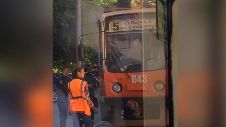 Движение встало на час: в центре Перми задымился трамвай