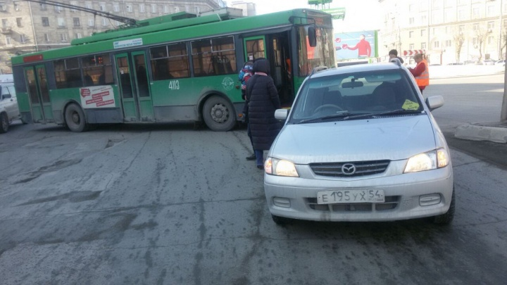 Попавший в аварию троллейбус перекрыл движение по Станиславского