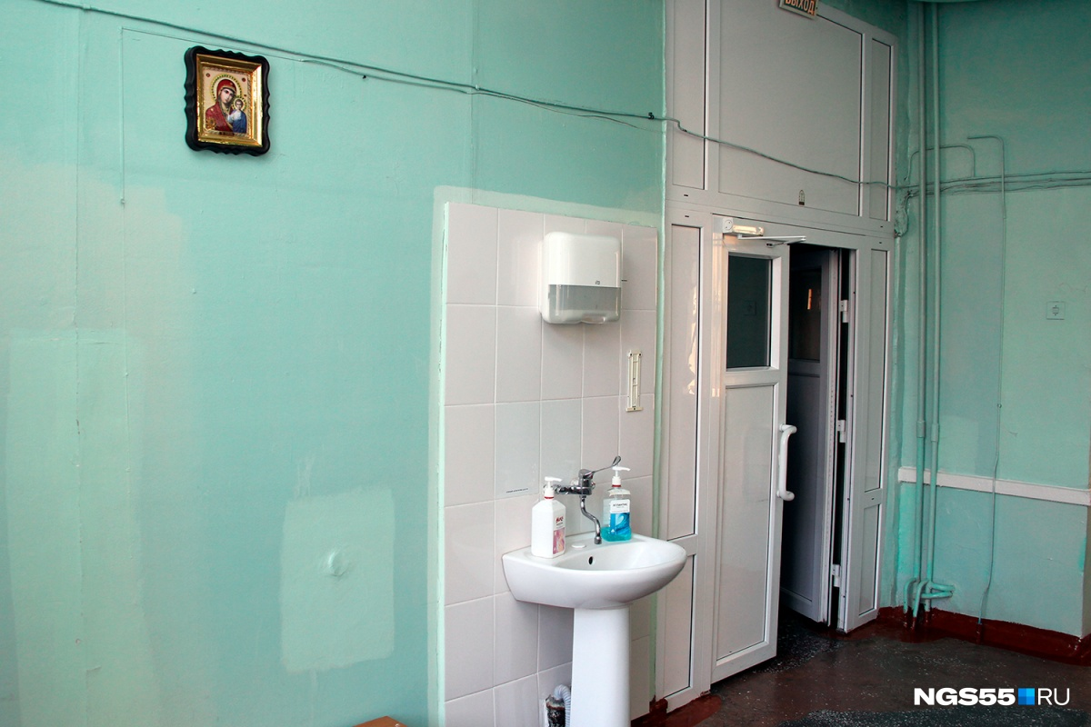 Герои мультфильмов на стенах и картина со звуками: заглядываем в омский роддом № 2