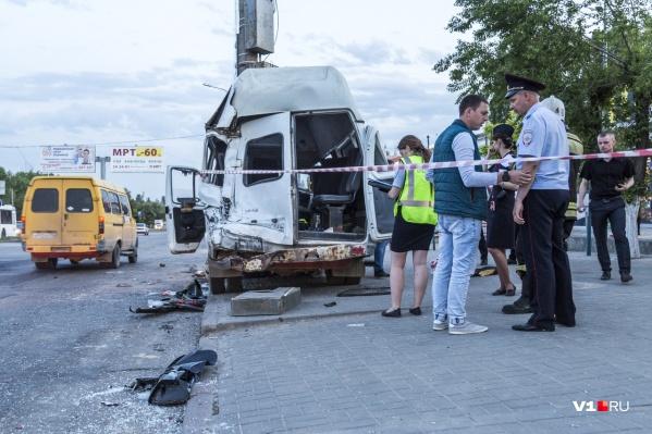 Жуткая авария произошла в час пик на пешеходном переходе у Нефтяного техникума