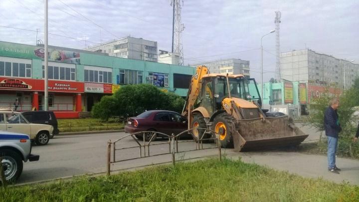 Экскаватор ковшом пробил капот иномарки на Омской