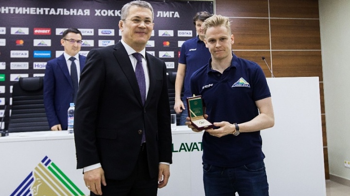 Радий Хабиров наградил вратаря «Салавата Юлаева» орденом