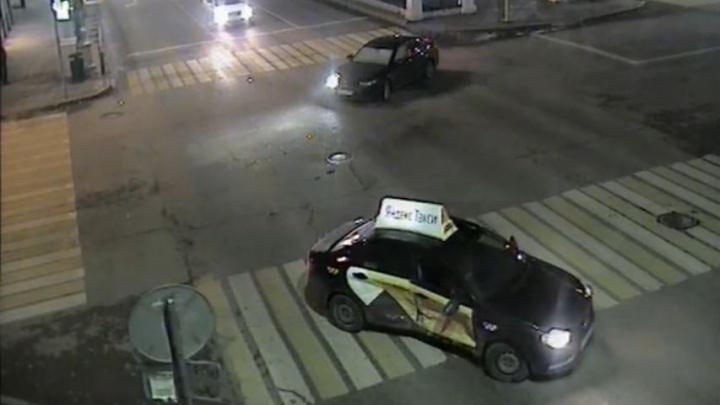 В Перми на Комсомольском проспекте иномарка протаранила такси. Видео