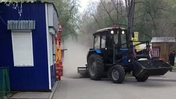 Технология такая: трактор устроил пыльную бурю во время уборки в «Берёзовой роще»