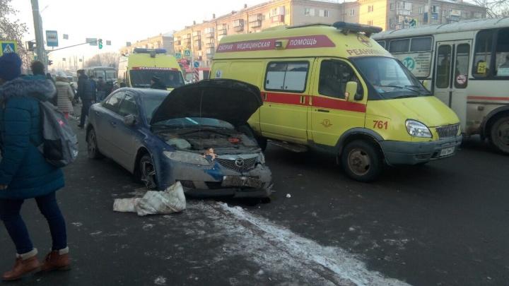 «Зацепило пешеходов»: в Челябинске в результате ДТП «Мазда» вылетела на остановку