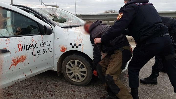Вся машина забрызгана кровью: в Ярославле пассажир набросился на водителя такси. Видео