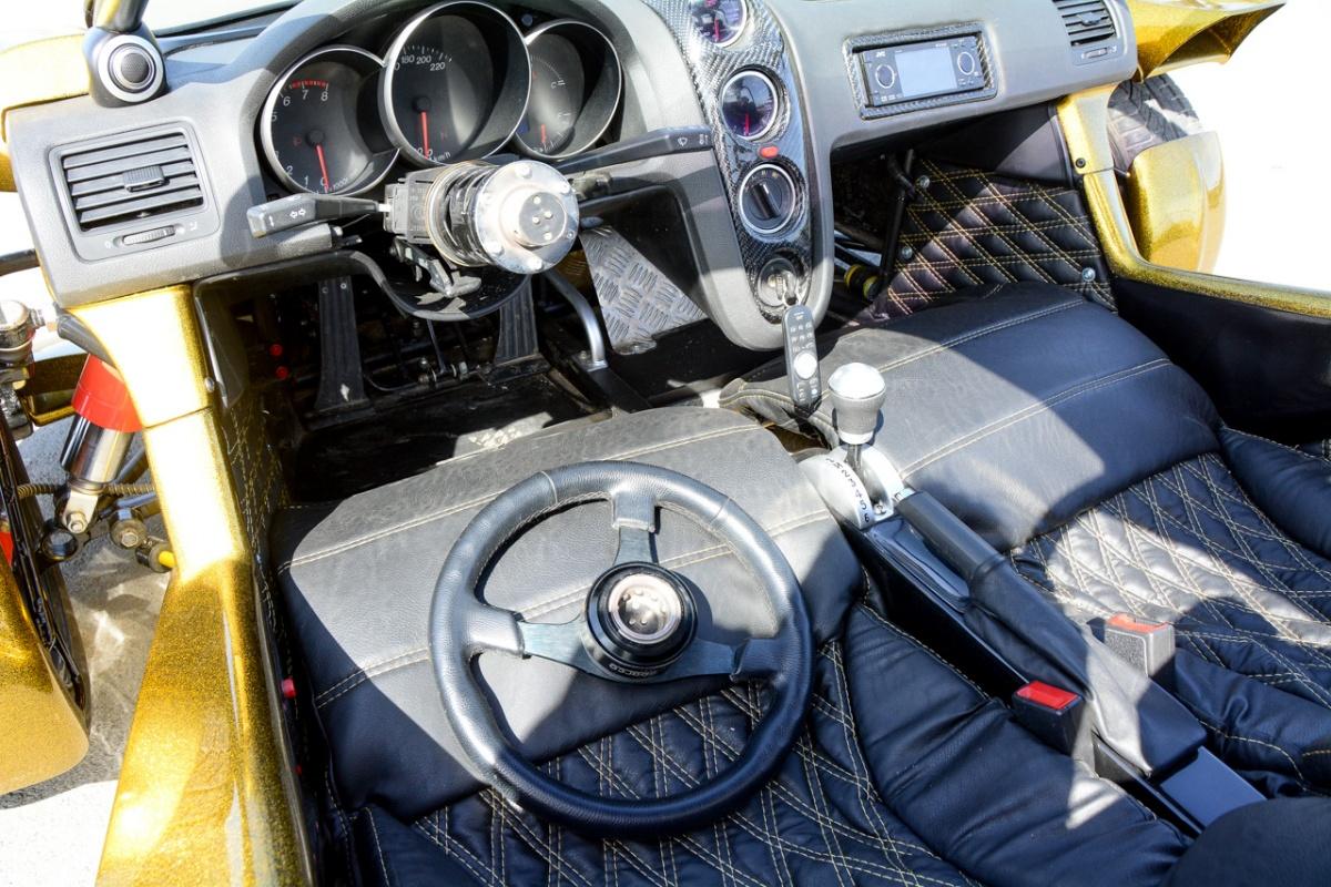 Съемный руль — ещё одно решение, характерное для автоспорта. В «Формуле 1», кстати, гонщиков штрафуют, если они уносят с собой руль после высадки из автомобиля, ведь иначе его невозможно откатить с опасного места. А ещё это одна из противоугонных мер