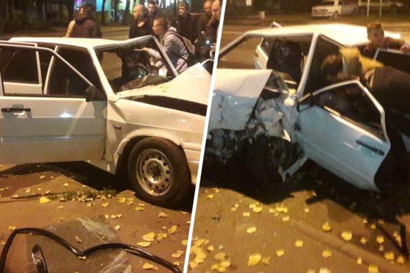 В ночном ДТП водитель погиб на месте, пассажира увезли на скорой