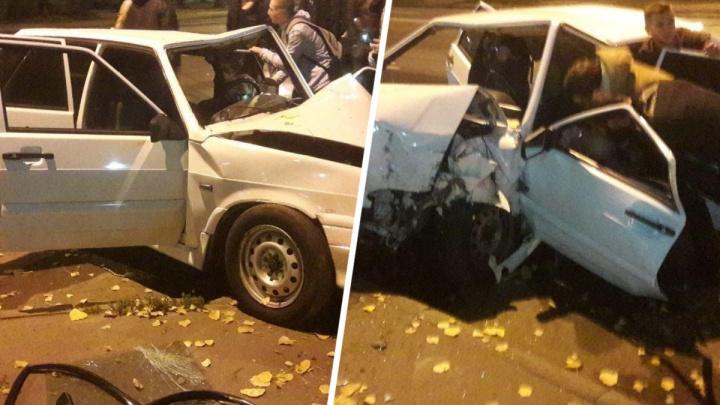 В Ростове ночью ВАЗ врезался в дерево. Водитель погиб на месте