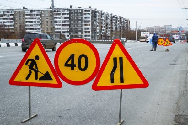 Типичный набор временных знаков: для лучшей видимости их делают на жёлтом фоне. Что интересно, согласно ПДД, знак 1.25 «Дорожные работы» на жёлтом фоне не рисуется, но в России часто используют его в таком исполнении