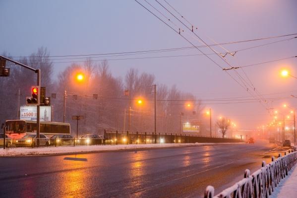 Сейчас в уличных фонарях работают обычные лампы накаливания