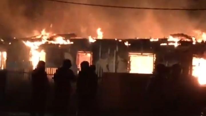 Ночью под Тюменью сгорел двухквартирный деревянный дом