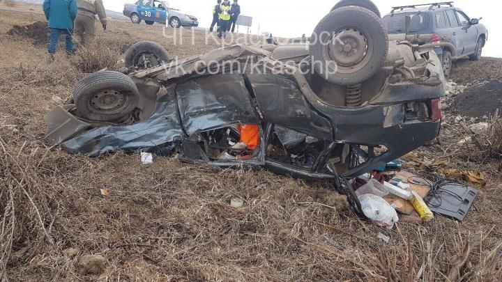 «Девятка» перевернулась и упала в кювет после ДТП на трассе: водителя увезли на скорой