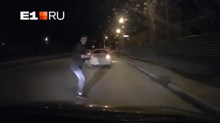 В Екатеринбурге лишили прав водителя, который 15 минут ломился в чужой Hyundai после ДТП