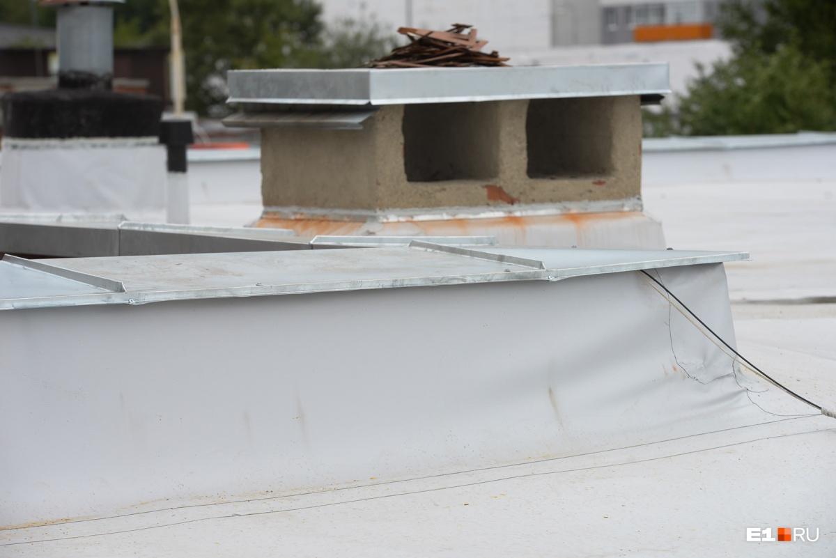 Вот так сейчас обработаны парапеты и так выглядит водонепроницаемое покрытие. Теперь вода будет попадать в бассейн так, как ей положено