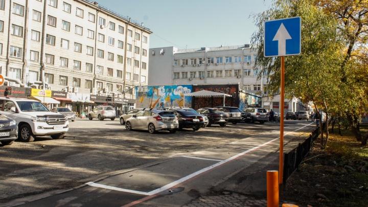 Половину тротуара возле Первомайского сквера отдали под парковку