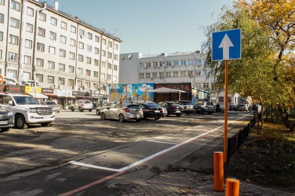 Новую разметку для парковки нанесли на часть тротуара