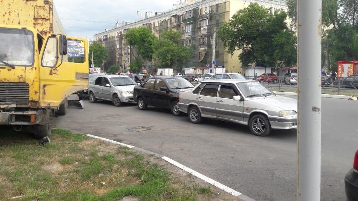 Массовое ДТП в Самаре: на Гагарина грузовик «собрал» семь легковушек