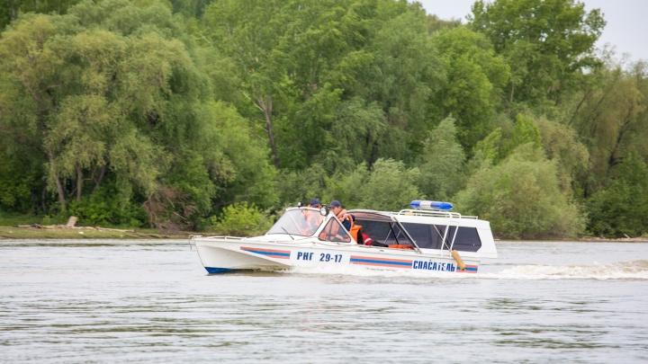 Спасатели сняли с самодельного плота двух мальчиков недалеко от Димитровского моста